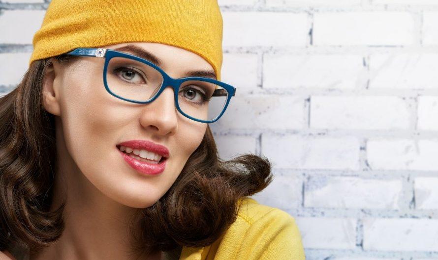 Okulary przeciwsłoneczne dla kobiet i jazda samochodem ze składanym sztywnym dachem
